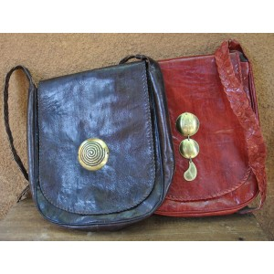 Grand sacoche avec un pendentif en bronze par Seydou Zouré