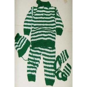 Ensemble pantalon, bonnet et chaussettes en laine de couleur verte fabriqué par  Zoénabou Savadogo