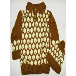 Ensemble pull/bonnet en laine de couleur marron fabriqué par Zoénabou Savadogo