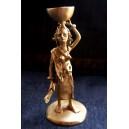 Femme en bronze portant une calebasse sur la tête, par Issouf Sebgo