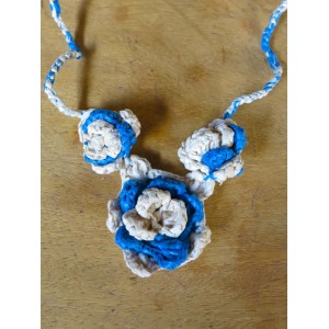 Collier à motif de trois fleurs, par Rasmata Zongo