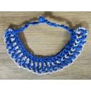 Collier ras de cou en bleu et blanc, par Clouisse Komsiebo