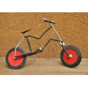 Grand vélo recyclé fabriqué par Moise Kargougou