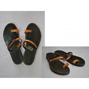 Chaussures dame en cuir deux tons avec bretelle autour de l'orteil fabriquée par Léonard Ouédraogo et Khalifa Sankara.