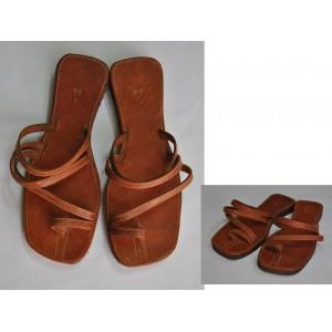 Chaussures dames avec des bretelles multiples fabriquées par Seydou Zouré