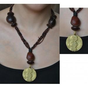 Collier brun avec un pendentif en bronze par Rasmata Ouédraogo