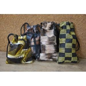Petit sac (trousse) avec un cordon confectionné par Léonie Kantiono