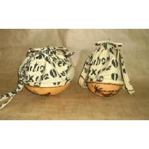 Petit sac en calebasse avec un cordon confectionné par Zoénabou Savadogo